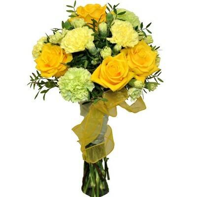 Kytica so žltými ružami a klinčekmi