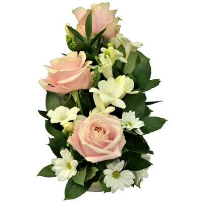 Svetlo-ružový aranžmán s ružami