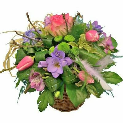 Košík s jarnými kvetmi so svetlomodrou fréziou