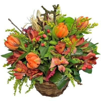 Kvetinový košík s oranžovými tulipánmi