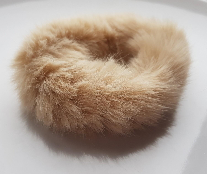 Furry scrunchie licht bruin