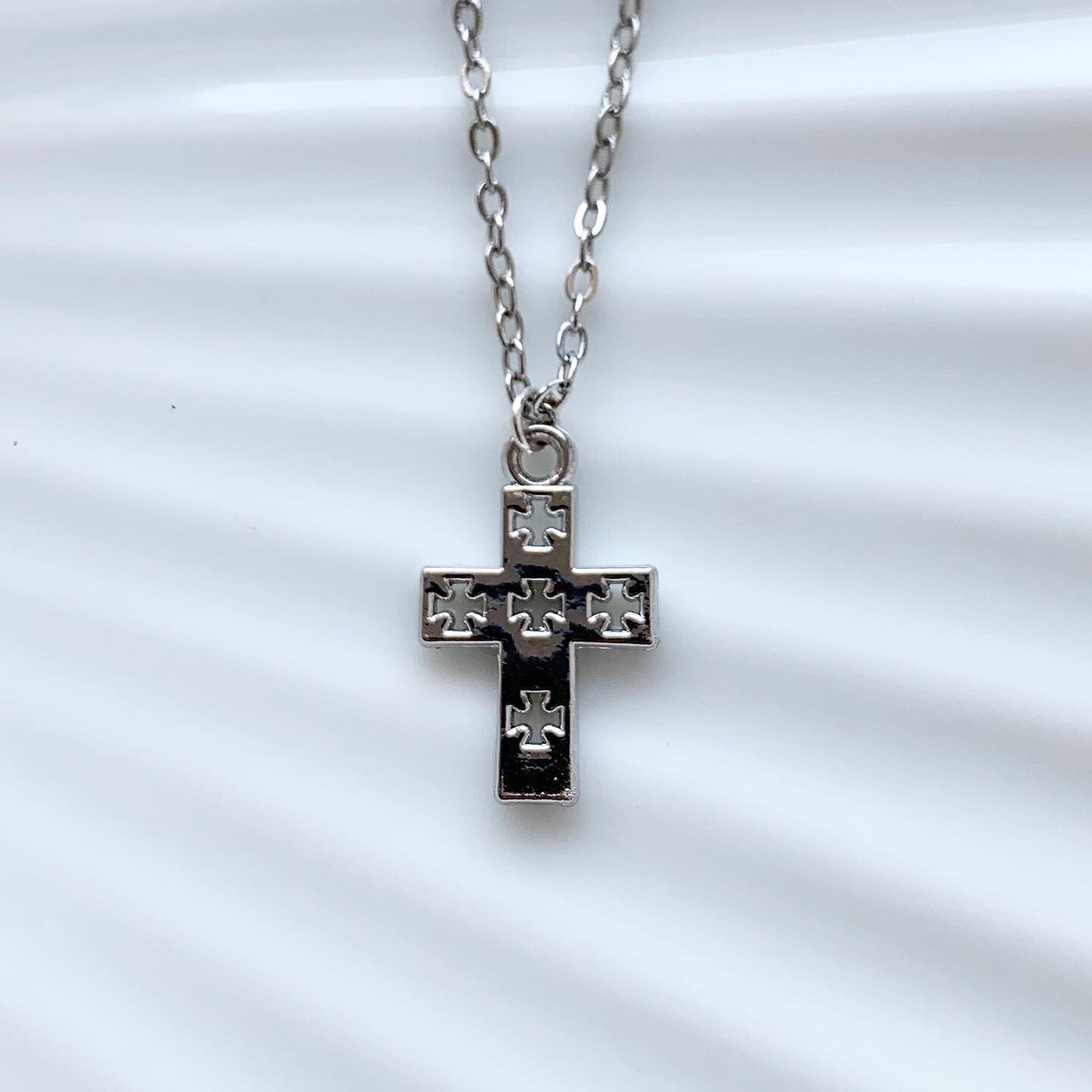 Cross with crosses ketting zilver