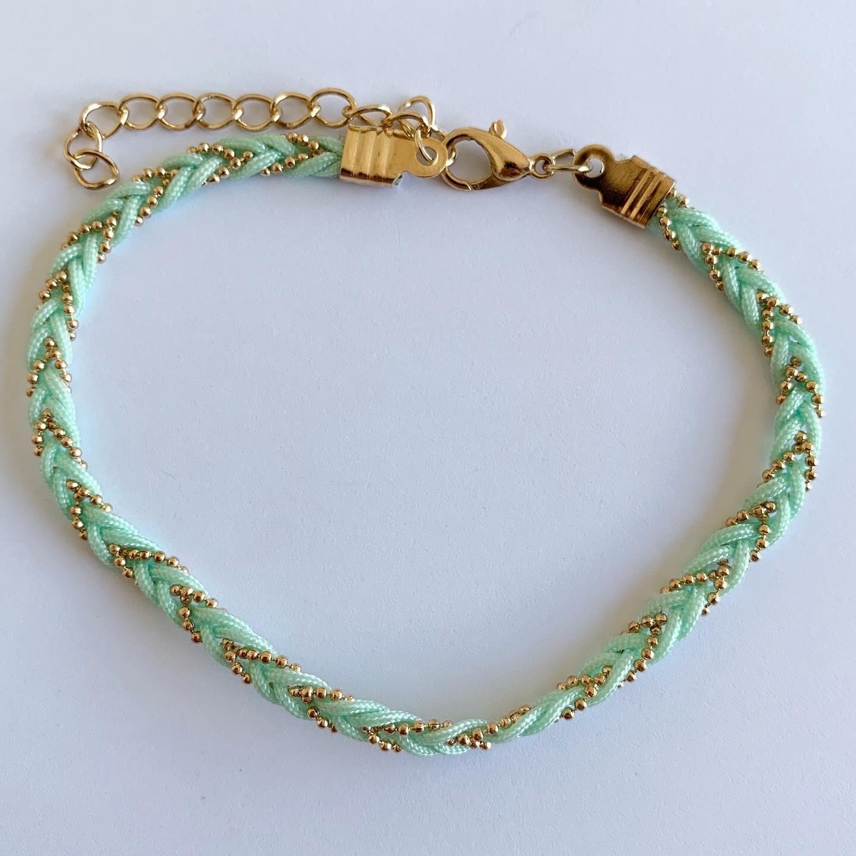 Gevlochten enkelbandje mint groen/goud