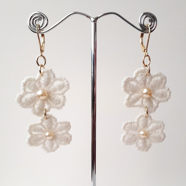 Oorbellen - 2 kanten bloemen met een parel in het hart