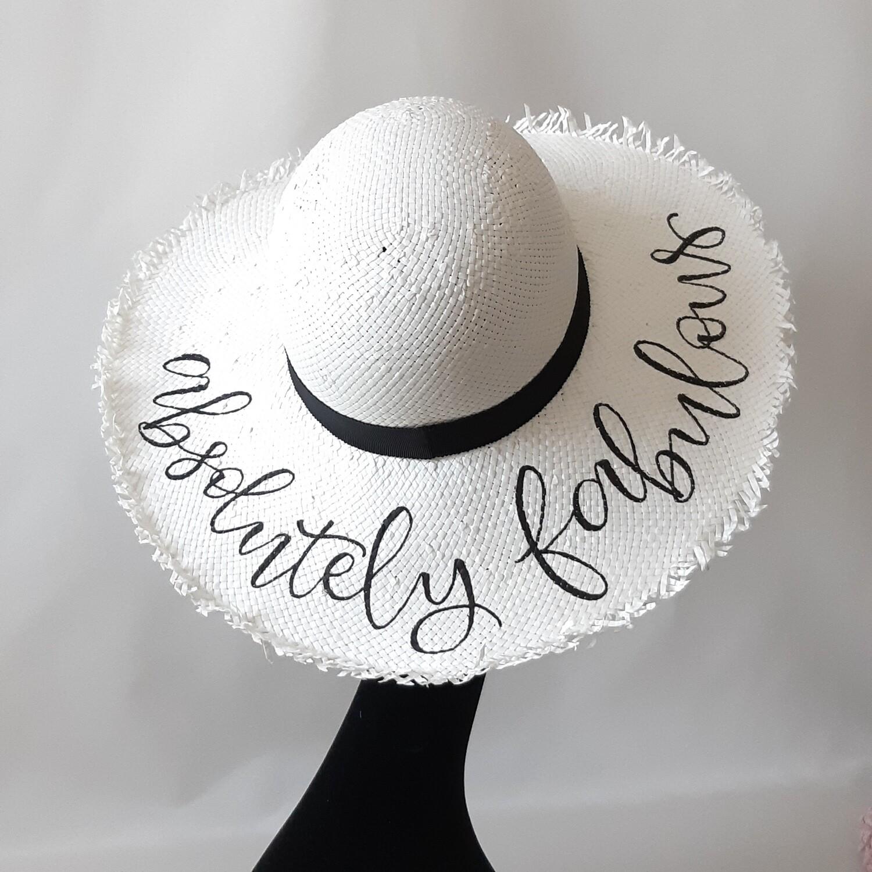 Zonnehoed in wit met grote  gerafelde rand en tekst