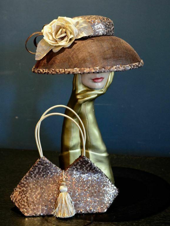 Hoed & avondtasje, set,  versierd met bronskleurige pailletten en kwast