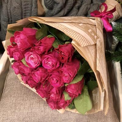 Букет из малиновых роз в крафте