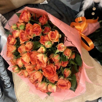 Букет из кустовой оранжевой розы