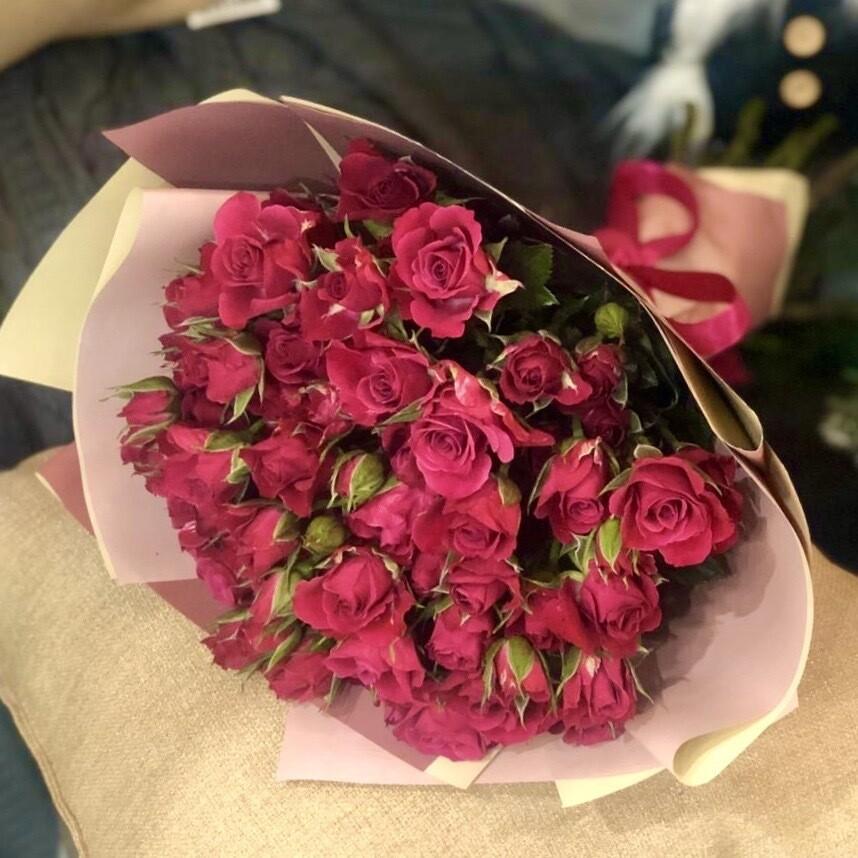 Букет из кустовой малиновой розы