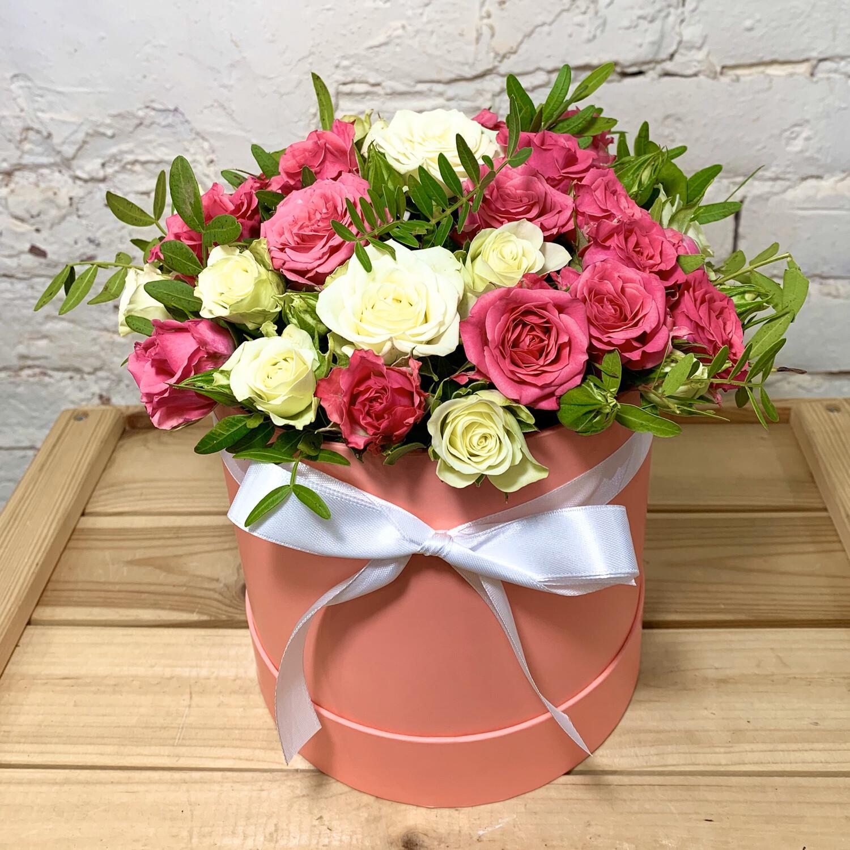 Композиция в коробке из кустовой малиново-белой розы