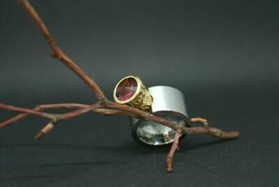 Ring mit großer Gelbgoldfassung und einem Turmalin