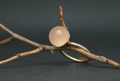 Ring aus Roségold mit Rosenquarzkugel