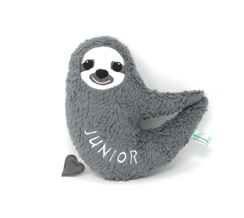 Personalisierte Spieluhr zum Aufhängen Faultier grau: mit Namen und Wunschmelodie, aus Öko Teddy Plüsch, mit austauschbarer Spieluhr. Taufgeschenk
