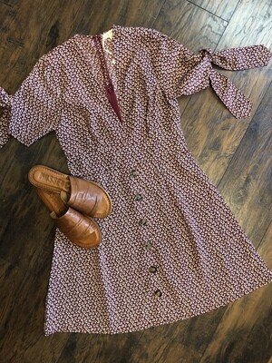 A line Dress Featuring a Button Closure