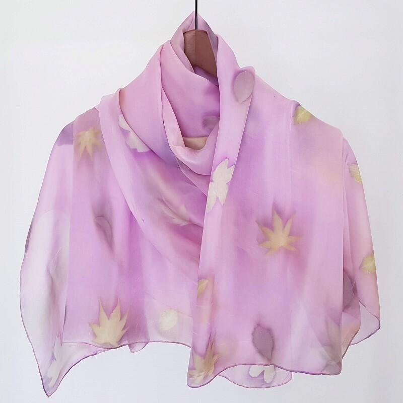 Grande foulard rose avec des feuilles d'érable, rosier et prunus