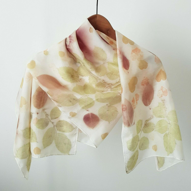 Foulard blanc avec des feuilles d'eucaliptus, rosier et prunus