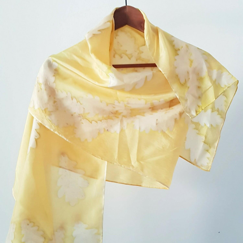 Foulard jaune avec des feuilles de chaîne
