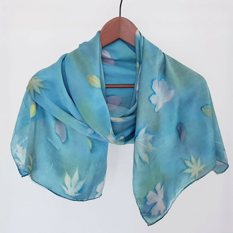 Foulard bleu avec de feuilles de rosier, érable et prunus