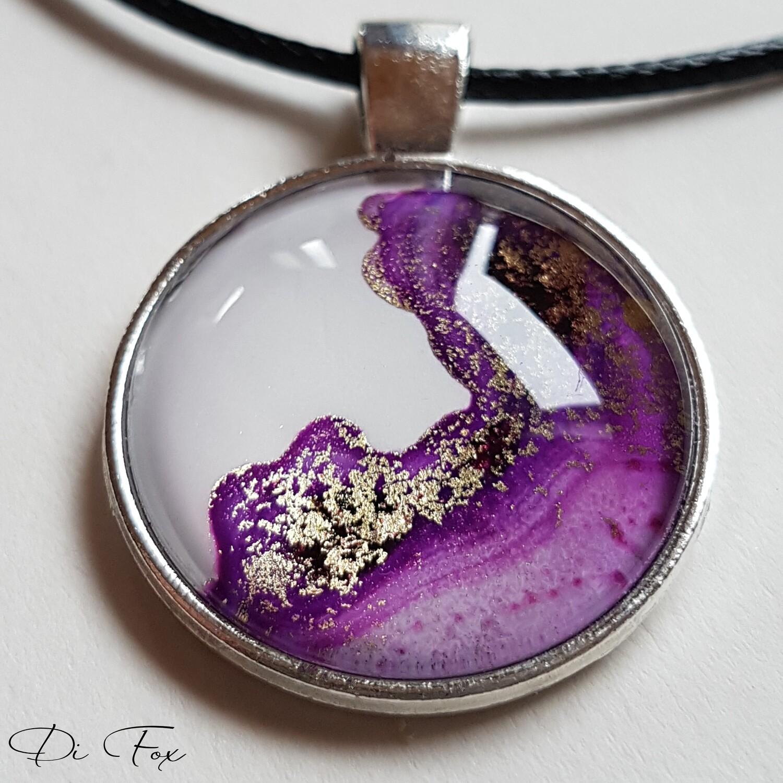 Violet, Pink, White Gold round shape pendant necklace