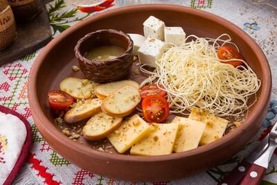 Тарелка с ароматными сырами