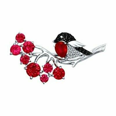 Брошь из серебра с красными корунд (синт.) и бесцветными, красным и чёрными фианитами