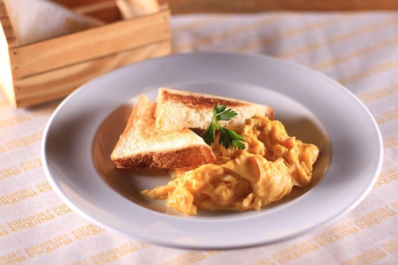 Ovos mexidos com tomate, queijo e presunto