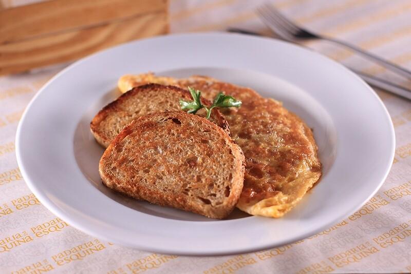 Omelete com tomate, queijo e presunto