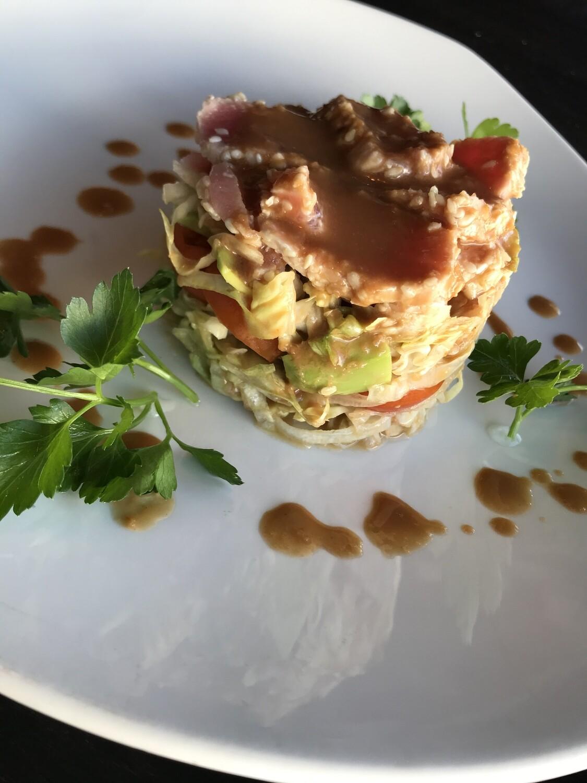 Салат с обжаренным в кунжуте тунцом