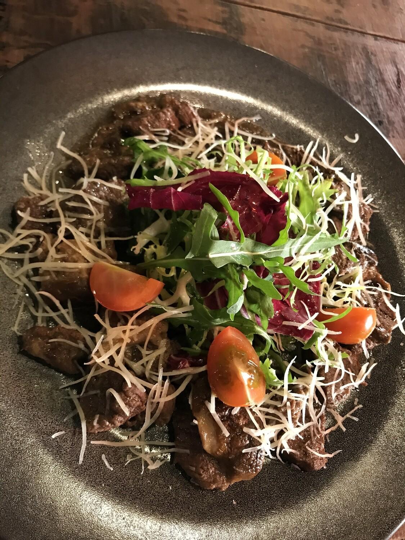 Теплый салат с белыми грибами и говяжьей вырезкой