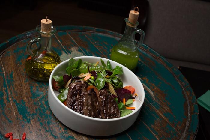 Теплый салат с стеком мачете
