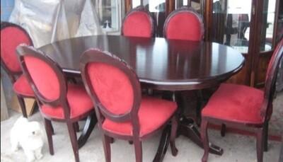 Comedor de encina con 6 sillas de felpa burdeo con estilo de medallòn.
