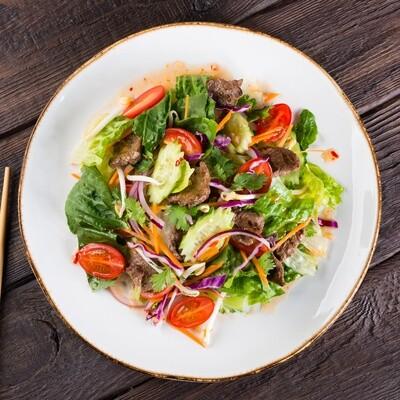 Тайский овощной салат с говядиной