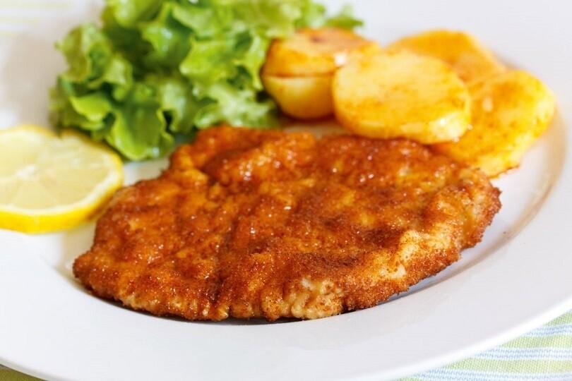 Cotoletta di pollo al forno con insalata