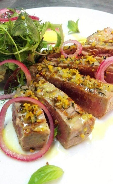 Trancio di tonno agli agrumi e composta di cipolla rossa