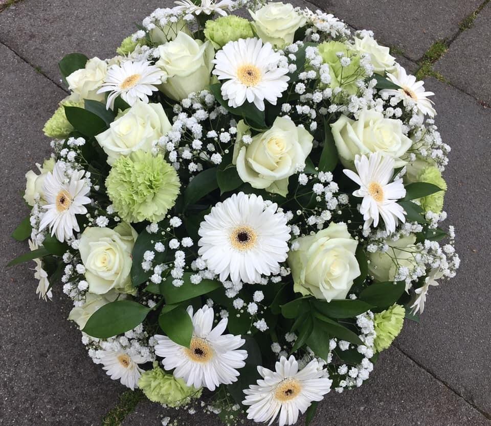 Rond bloemstuk met witte bloemen (40cm)