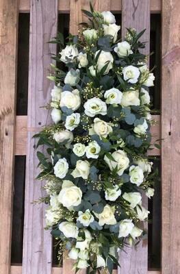 Ovaal bloemstuk met witte bloemen (lengte 1m)
