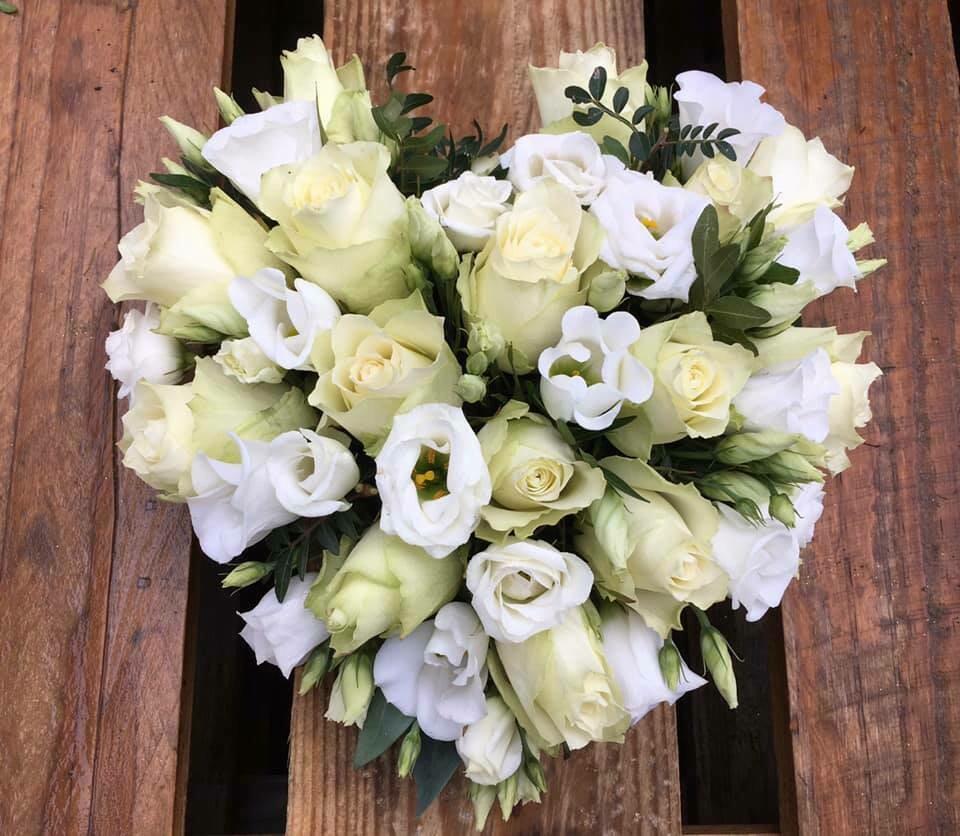 Klein hartje met witte bloemen (35cm)