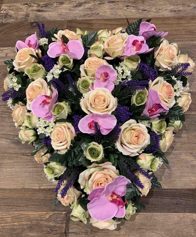 Groot bloemstuk in zijden in hartvorm (60x60 cm)