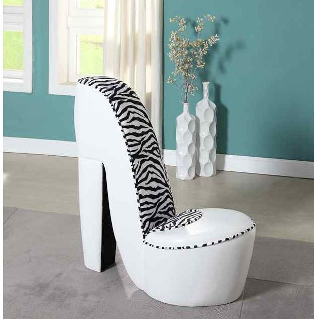 Chaise talon haut blanche twit palace for Chaise en forme de main