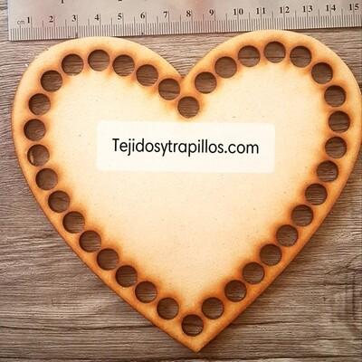 Base de madera corazon con orificios 20 x 20  cm