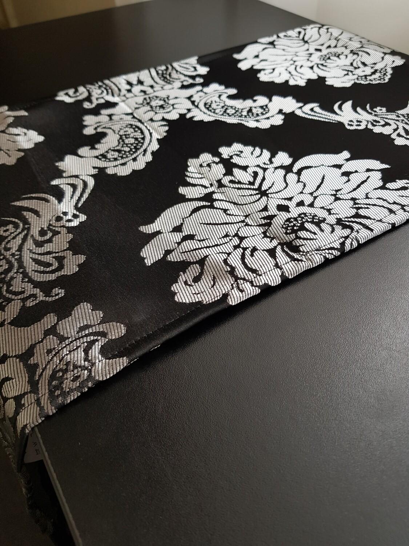 Napron 25x120 cm, brocart negru & argintiu