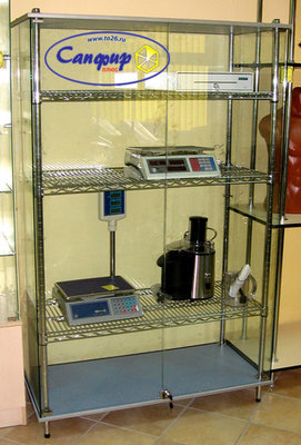 Шкаф стеклянный с хромированными сетчатыми полками