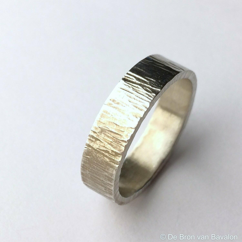 ring in massief zilver m/lichte ribbel- Sofie Vanoosthuyse (België) - Maat62