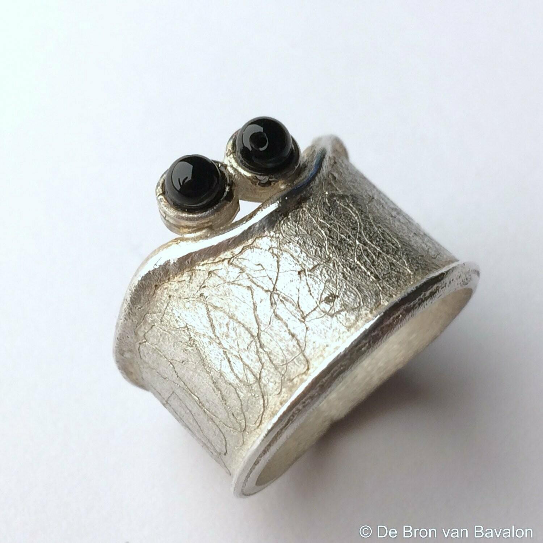 ring in massief zilver m/2 onyx bolletjes- Sofie Vanoosthuyse (België) - Maat56