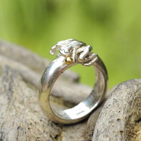 Ring in massief zilver 'kikkertje' m/gouden balletje en gravure - Ralf De Burchgrave (België) - Maat54