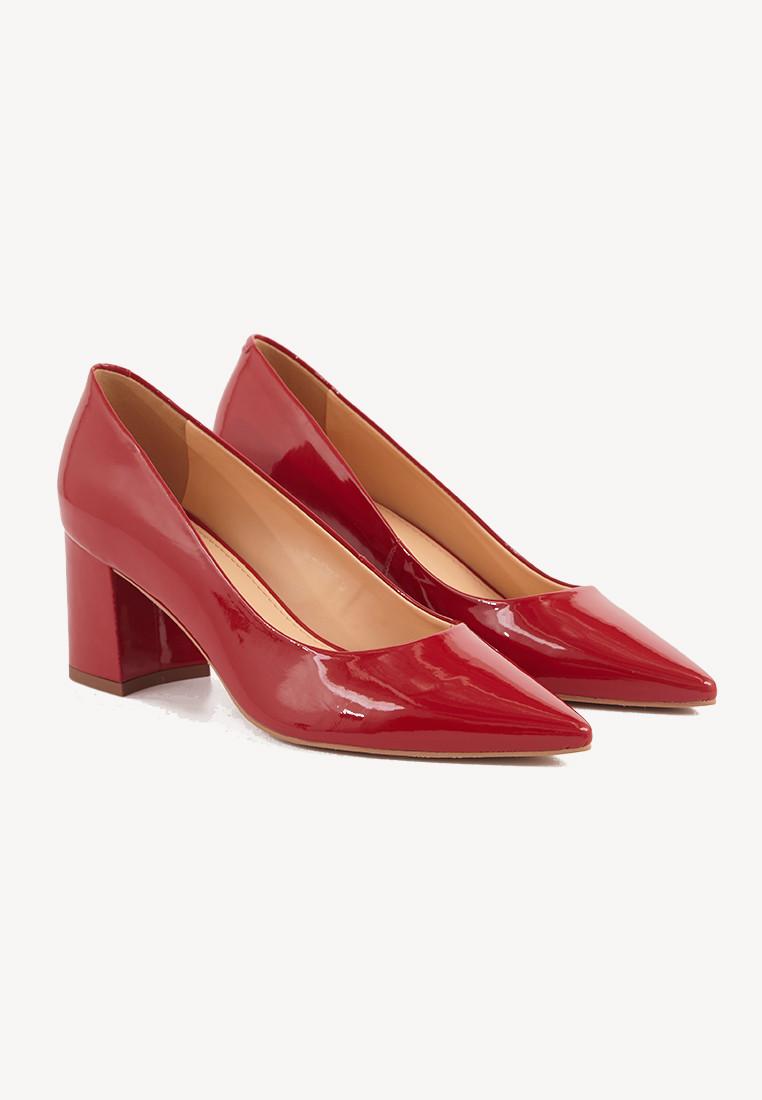 Zapatos rojos en punta taco cuadrado