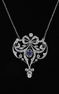 18KT SAPPHIRE AND DIAMOND BOW NECKLACE CIRCA 1920