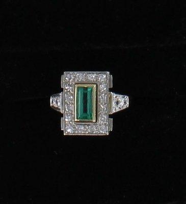 18KT/T EMERALD AND DIAMOND RING CIRCA 1930
