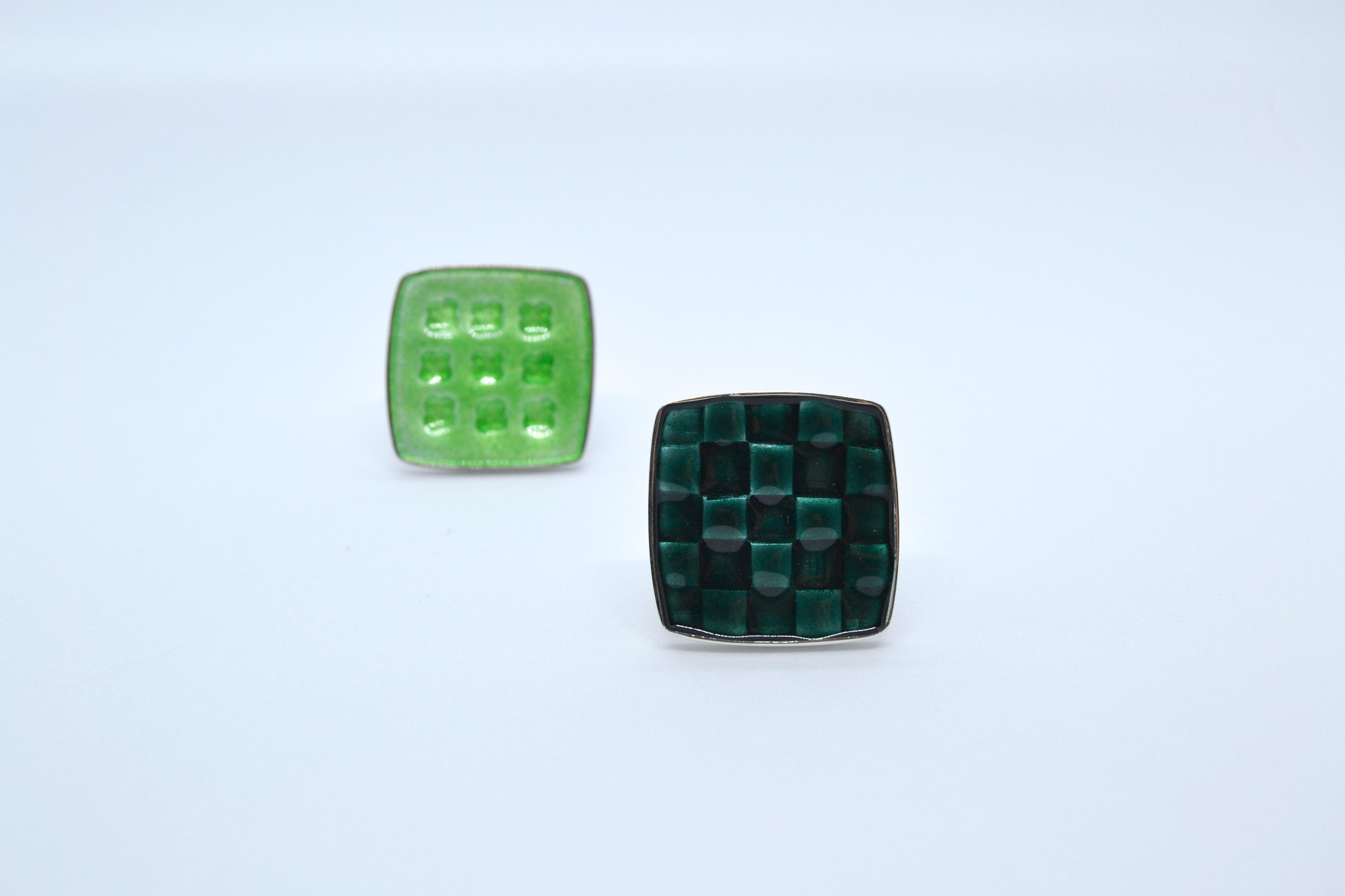 Ertegrønn, mørkegrønn.