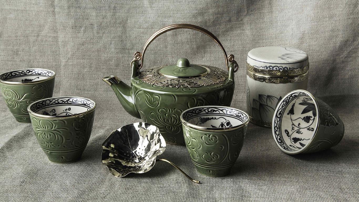 Deep green teapot with bronze decoration 1